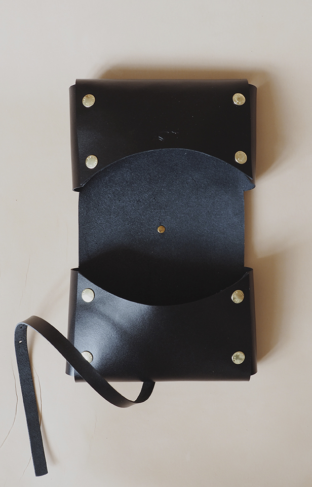 Bleomslag – pusletaske i læder fra Lille Svend KBH