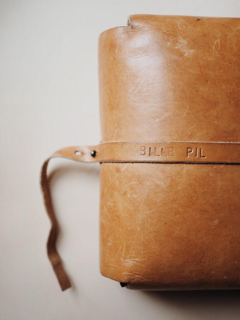 Bleomslag - pusletaske i læder fra Lille Svend KBH