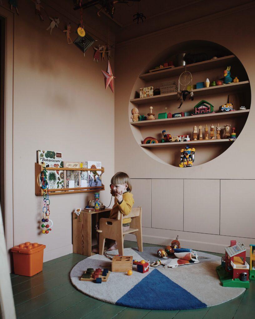Børneværelse fuld af farver hos Sannie Nielsen