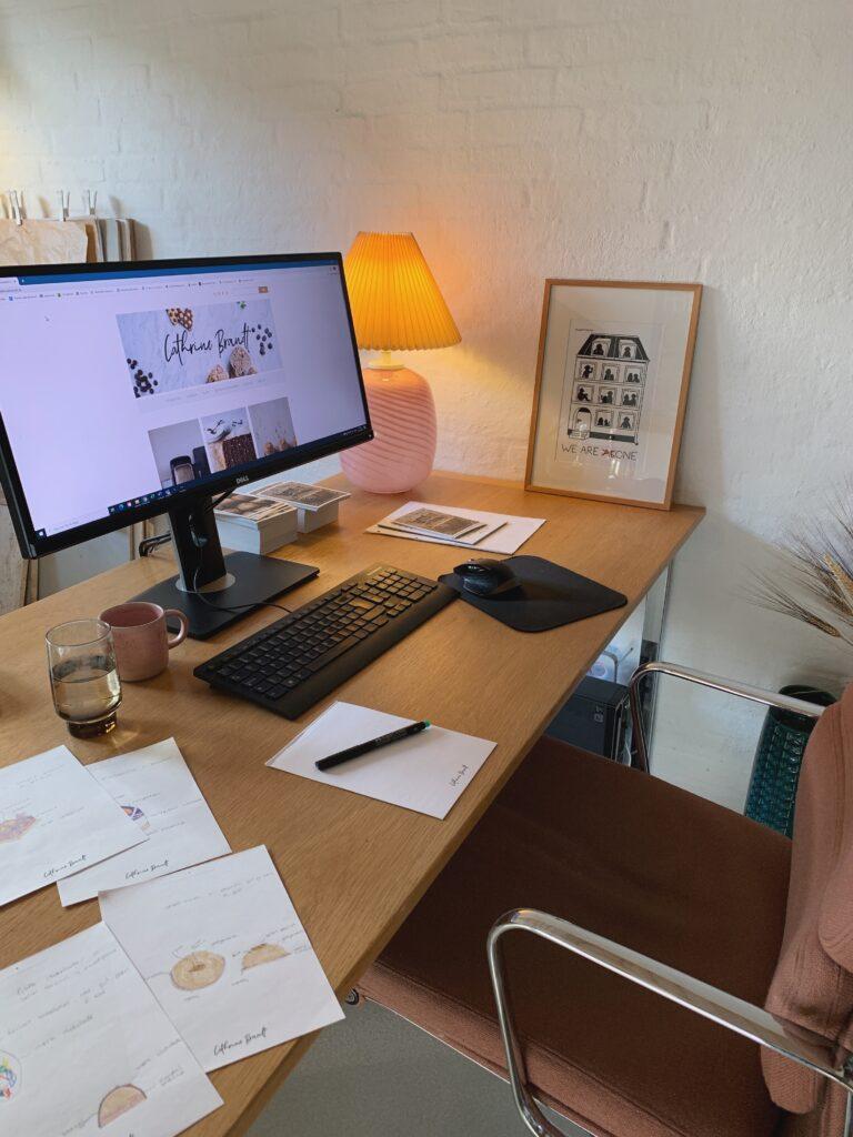 Pen, papir og kaffe er det vigtigste på skrivebordet