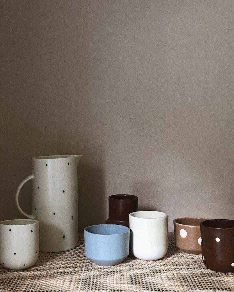 Kopper i keramik med prikker og print fra Burnt & Glazed