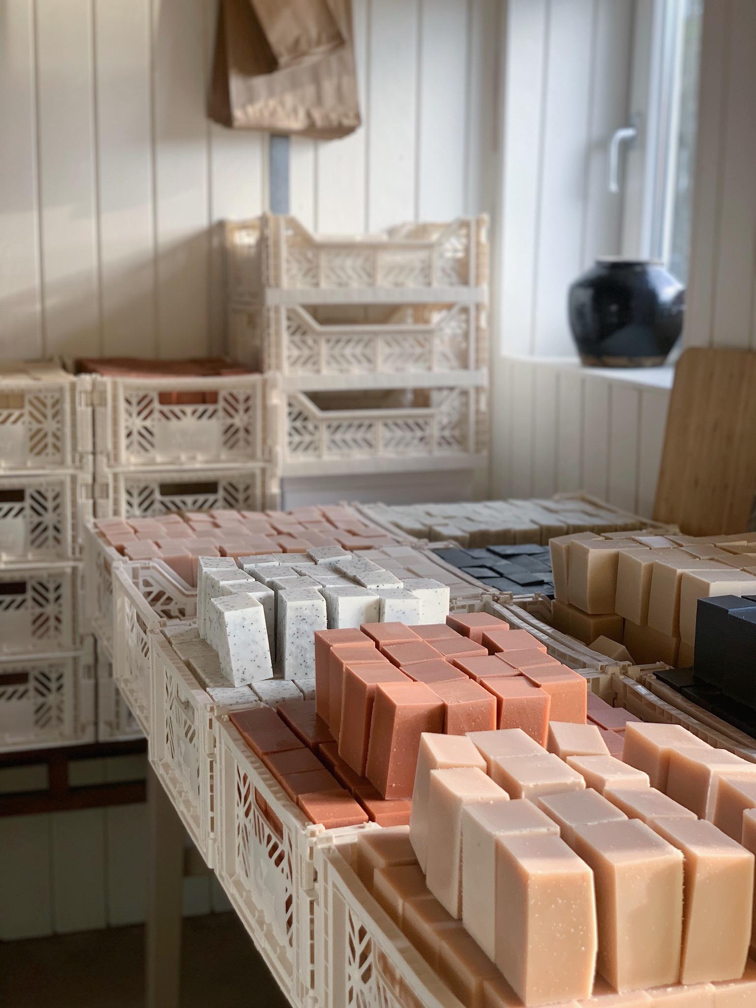 Naturlige og håndlavede sæber i værkstedet hos Mellow Mind